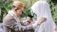 <p>Sebelum akad nikah, ustaz Syam sempat mengadakan upacara adat Bugis Mapacci, Bunda. Hal tersebut tujuannya untuk membersihkan diri dari hal-hal yang dapat mengehambat pernikahan. (Foto: Instagram @thepotomoto)</p>