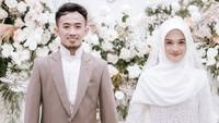 """<p>""""Syamsuddin Nur bin Muhammad Nur Makka, saya nikahkan dan saya kawinkan engkau dengan putri kandung saya Jihan Salsabila binti Heri Rahmanu Suryo dengan mas kawin satu set perhiasan emas dibayar tunai,"""" begitu ucap ayah Jihan saat akad. (Foto: Instagram @thepotomoto)</p>"""