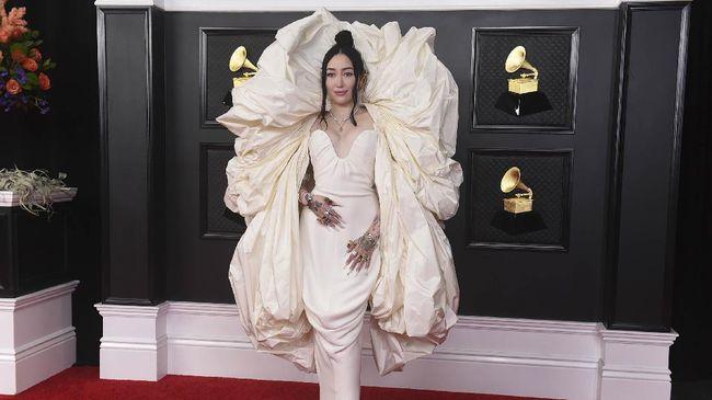 Noah Cyrus tampil maksimal dalam ajang Grammy Awards 2021 dengan gaun koleksi Schiaparelli. Tapi, netizen menyamakannya dengan tisu toilet dan seprai.