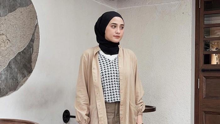 Kece Badai, Ini 5 Outfit Hijab Simpel dan Fashionable ala Helmi Nursifah