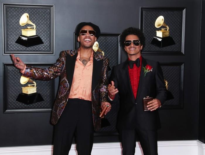 Bruno Mars dan Anderson Paak hadir untuk tampil dalam proyek kolaborasi mereka Silk Sonik. Keduanya tampil di red carpet dengan setelan jas dan kompak dengan kacamata hitam/Sumber/LA Times.