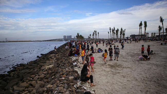 Pantai Indah Kapuk (PIK), Pantai Pasir Putih, dan Pantai Maju, Jakarta Utara, ditutup lantaran antrean panjang di akhir pekan lebaran.