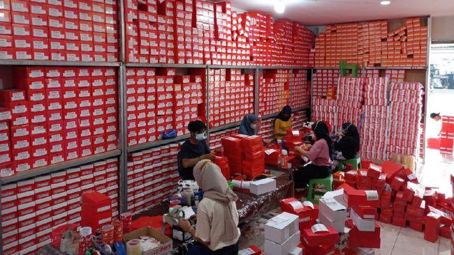 Shopee Indonesia memberikan upah kurir Shopee Express dengan rata-rata Rp2.213 per paket di Jabodetabek. Dalam satu hari, kurir membawa 80 paket.