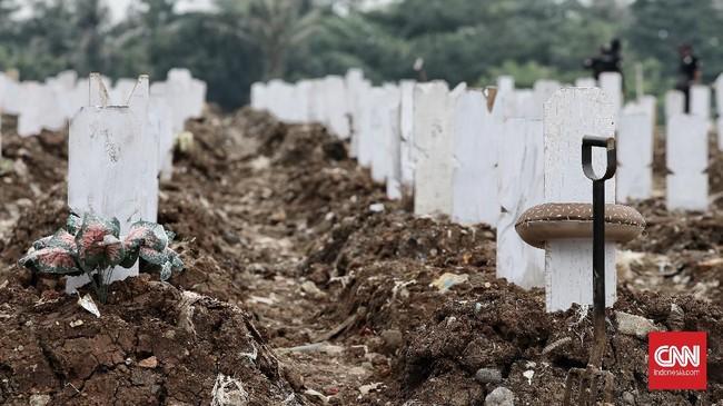 Dua pekan sudah TPU Srengseng Sawah 2 di Jakarta Selatan beroperasi untuk pemakaman jenazah Covid-19. Lahan bekas empang ini mampu menampung 1.020 petak makam.