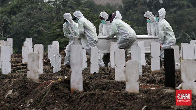 Honor pemikul jenazah covid-19 di TPU Cikadut, Bandung telat dibayarkan. Sejumlah pemikul jenazah pun mogok kerja.