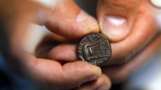 Arkeolog memperkirakan cetakan tanah liat kecil itu berasal dari 7.000 tahun yang lalu dan kemungkinan digunakan untuk menyegel dan menandatangani dokumen