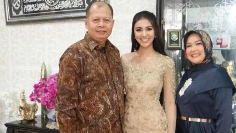 Kabar duka datang dari Ariska Putri Pertiwi Miss Grand International 2016, Ayahnya baru saja meninggal. Berikut kenangan manis Ariska dengan sang Ayah!
