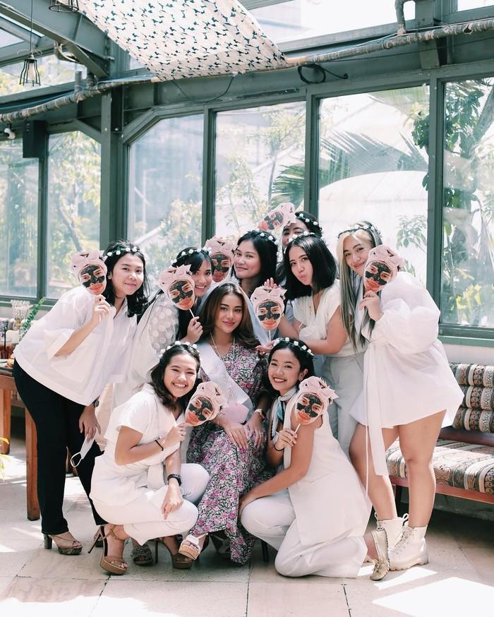 Diantara kesembilan anggota gengnya, baru Aurel yang akan segera menikah. Pecah telor! (foto: instagram.com/aurelie.hermansyah)