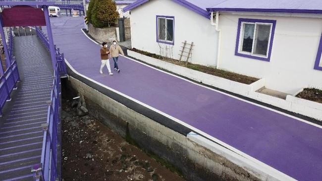 Penggemar BTS pasti sudah tak asing lagi dengan ungkapan 'I Purple You'. Dan di Korea Selatan ada Pulau Ungu yang bisa dikunjungi.