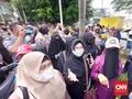 Polisi Bubarkan Ibu-ibu Pendukung Rizieq Shihab di PN Jaktim