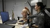 Perusahaan Rusia menempelkan kulit buatan pada robot humanoid.