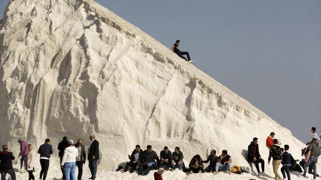 Bukit garam menjadi destinasi wisata baru yang viral di Mesir. Warga berdatangan untuk menjajal main ski di sana.