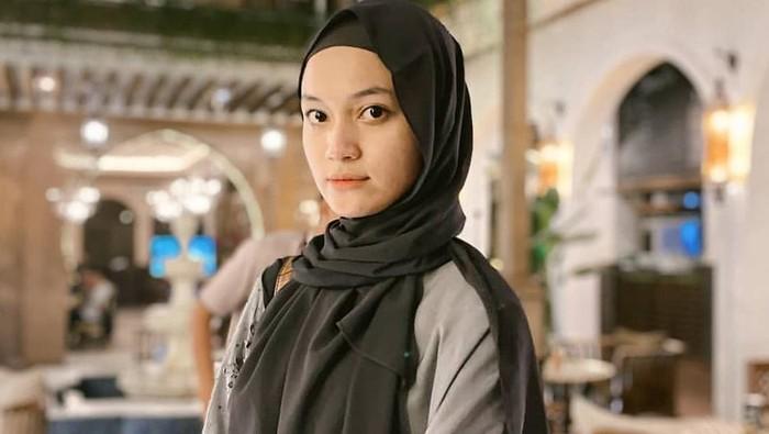 5 Gaya Hijab ala Jihan Salsabila, Istri Cantik Ustaz Syam