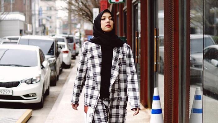Keren! Ini 5 Ide Mix and Match Outfit Hijab Boyish dan Swag ala Jenahara Nasution