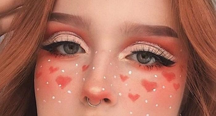 Para e-girl juga suka menambahkan freckles di make up mereka, loh. Uniknya, mereka selalu menggambar freckles dengan motif-motif lucu seperti bentuk hati/foto:piterest.com/dicasdemulher