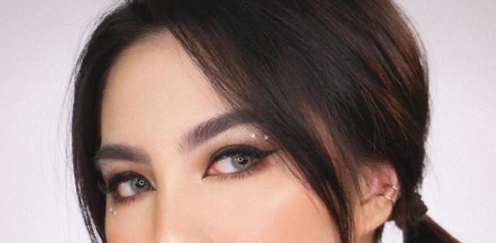 Elemen penting dari make up ala e-girl nih, eyeliner! buat mata kamu lebih tajam dengan eyeliner berbentuk wing dengan warna hitam pekat, karena mata menjadi poin utama dalam make up look ini / foto: instagram.com/deviennaaa