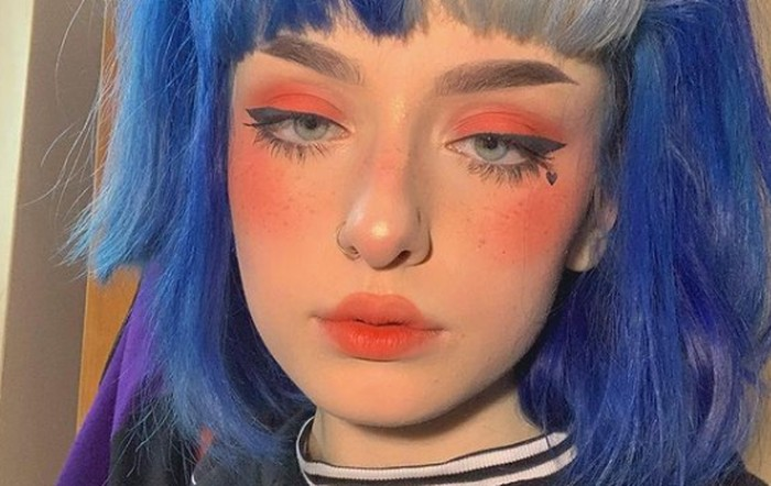 Kalau kamu penyuka make up natural, kamu harus keluar dari zona nyaman kamu. Para e-girl biasanya mengaplikasikan blush on pada tulang pipi sampai ke bagian tengah hidung dengan menggunakan warna peach atau pink yang sangat pigmented! / foto: @eve.fsr