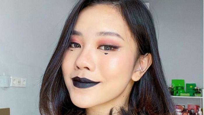Untuk lipstik, biasanya e-girl menggunakan lipstik matte bewarna gelap, atau yang warnanya senada dengan eyeshadow dan blush mereka / foto: instagram.com/jessicajane99