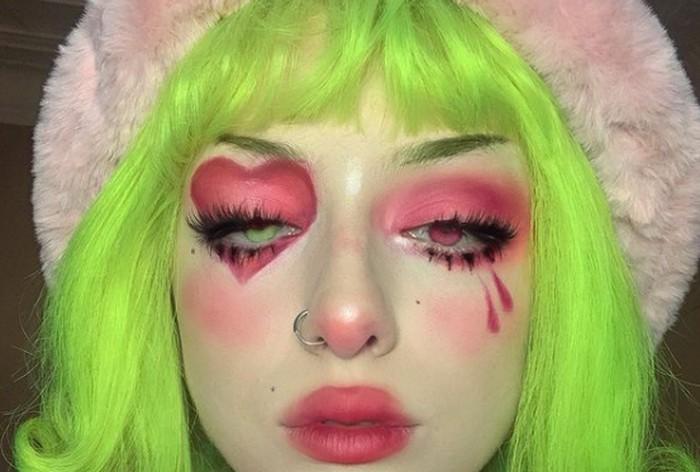Terakhir, para e-girl biasanya selalu totalitas dengan mengecat wambut mereka menggunakan warna neon. Kalau kamu belum berani mengecat rambut, menggunakan wig atau menata rambut menggunakan jepit warna-warni sebagai alternatif / foto:instagram.com/eve.fsr