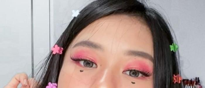 E-girl make up look biasanya identik dengan warna eyeshadow yang terang. Kamu bisa bereksperimen dengan warna-warna berani seperti hot pink, oranye, hijau, dan biru / foto: instagram.com/jessicajane99