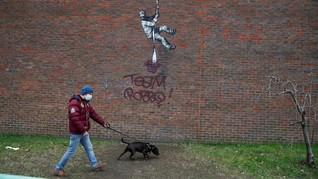 Mural Banksy di Bekas Penjara Dicoreti Nama Mendiang Musuh