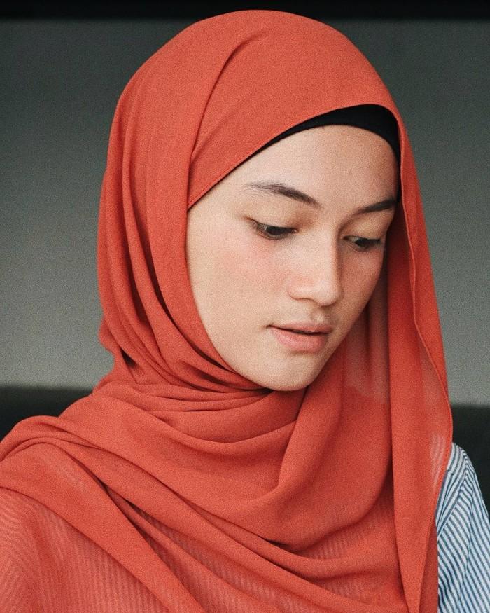 Hanya butuh waktu 9 hari, Ustaz Syam langsung mempersiapkan segala hal untuk meminang gadis yang membuatnya jatuh hati tersebut. (Foto: instagram.com/jihan.ghazali/)