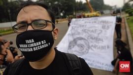 FOTO: Aktivis Bentangkan Spanduk Tolak Pelonggaran Limbah B3