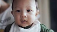 <p>Banyak netizen bilang, baby Mars mirip banget dengan sang ayah, Ringgo Agus Rahman. Bunda setuju enggak nih? (Foto: Instagram @sabaidieter)</p>