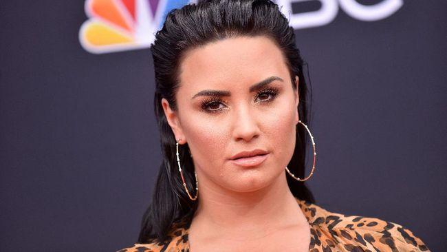 Demi Lovato mengaku menangis dan ketakutan kala menonton dokumenternya sendiri yang bertajuk Dancing With the Devil untuk pertama kali.