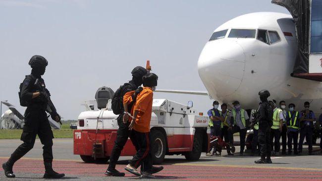 Densus 88 Polri membawa 11 terduga teroris yang ditangkap di sejumlah daerah Jawa Timur (Jatim) ke Jakarta untuk proses penyeledikan lebih lanjut.