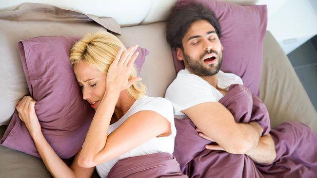 Tidak peduli seberapa besar mencintai pasangan Anda, tapi berbagi tempat tidur dengan orang lain bisa menjadi perjuangan yang nyata. Mengapa?