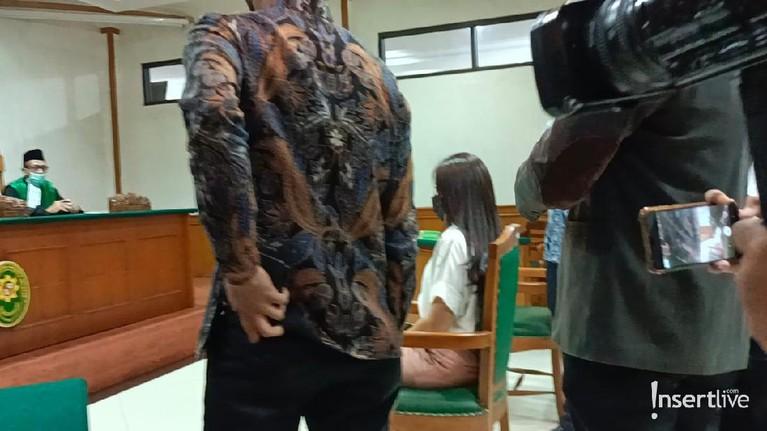 Berikut adalah penampakan Wulan Guritno menghadiri sidang perdana perceraiannya dengan Adilla Dimitri.