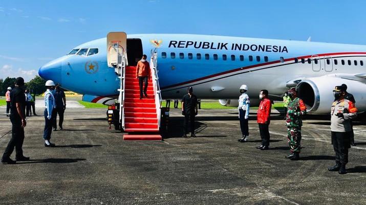 Presiden Joko Widodo (Jokowi) berangkat dari Pangkalan TNI AU Halim Perdana Kusuma menggunakan Pesawat Kepresidenan-1 menuju Pangkalan TNI AU Sultan Hasanuddin. (Biro Pers Sekretariat Presiden/Laily Rachev)
