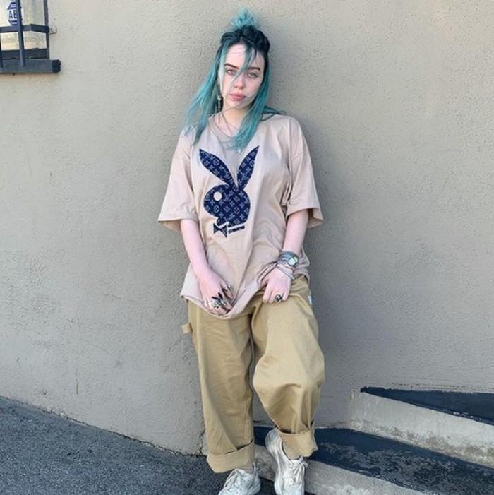 Tak lama dengan warna biru terang, Billie memilih mengecat rambutnya menjadi ombre tosca. Warna alami biru yang memudar dan dikombinasikan dengan warna biru toska, alami banget kesannya. (foto: instagram.com/@billieeilish)