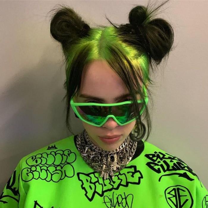Pada penampilannya saat live di The Greek Theatre, Billie terlihat merubah warna rambutnya dengan akar hijau neon dan sedikit sentuhan hitam di ujungnya. Gaya rambut ini bertahan cukup lama dibanding warna lain. (foto: instagram.com/@billieeilish)