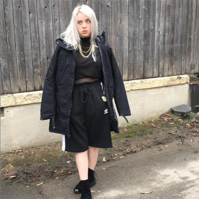 Saat mulai dikenal pada tahun 2017, Billie tampil dengan warna rambut platinum white yang berwarna nyaris putih bersih. Dipadukan dengan tone kulit Billie Eilish, cocok banget deh! (foto: instagram.com/@billieeilish)