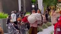 <p>Momen ketika Anang menggendong putrinya. Acara siraman Aurel yang begitu khidmat, apalagi nasihat Anang yang diucap untuk Aurel sukses membuat netizen terharu. (Foto: Instagram @aurelie.hermansyah)</p>