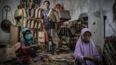 Anyaman bambu tradisional khas Desa Loyok, Lombok, NTB, mampu eksis di tengah persaingan industri kerajinan. Bahkan menembus pasar global.