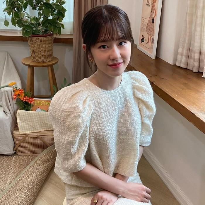 Kelanjutan drama korea 'Dear. M' sendiri sudah dijelaskan pada Selasa (16/3) lalu.Menurut KBS pihak KBS, ada banyak hal yang akan dipertimbangkan termasuk syuting ulang dan daftar pemain. (Foto: instagram.com/hyesuuuuuya)