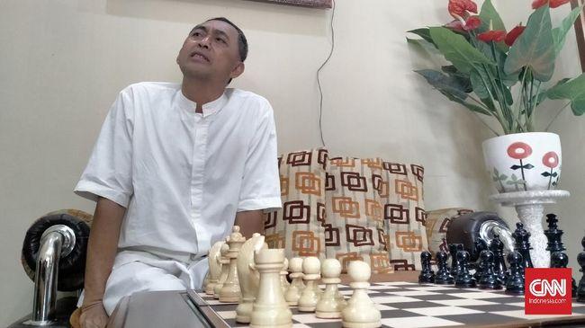 Dadang Subur alias Dewa Kipas laris mendapat undangan bermain catur, yang terdekat dari kantor BUMN.