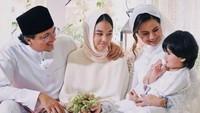 <p>Engku Aleesya hadir di pernikahan sang ayah, Engku Emran mengenakan pakaian serba putih dan memakai veil. Sama seperti ibu sambung barunya, Noor Nabila. (Foto: Instagram)</p>