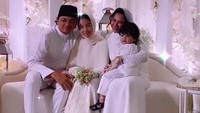 <p>Aleesya terlihat malu-malu ketika foto bersama. Ia juga tampak bahagia memiliki adik baru, Jebat Jayden, yang merupakan anak satu-satunya Noor Nabila. (Foto: Instagram)</p>