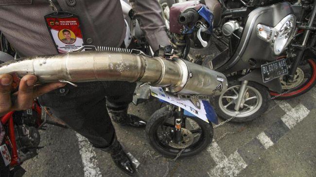Anggota kepolisian menilang sejumlah pengendara motor Ducati karena bising. Namun, dua pengendara Ducati dengan knalpot pabrikan ikut terjaring tilang.