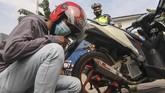 Pemilik kenderaan disaksikan Polisi Lalu Lintas di sejumlah wilayah menghancurkan knalpot tidak standar atau bising saat pemusnahan.