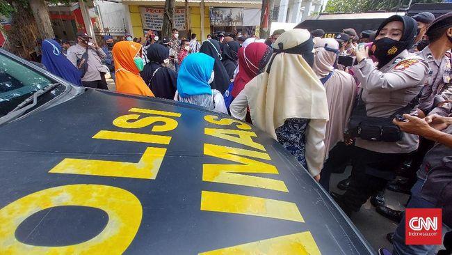 Massa pendukung Rizieq Shihab yang mendatangi Pengadilan Negeri Jakarta Timur mengikuti tes swab antigen. Satu orang dinyatakan reaktif Covid-19.
