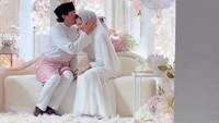 <p>Dekorasi yang digunakan pun tampak senada. Dilengkapi karpet bulu putih, serta terdapat beberapa bunga yang menghias dan membuat suasana makin romantis. (Foto: Instagram @neelofa)</p>
