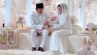 <p>Ini momen saat Noor Nabila memakaikan cincin pada Engku Emran, Bunda. (Foto: Instagram @neelofa)</p>