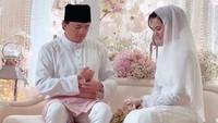 <p>Dalam prosesi yang berjalan, Engku Emran dan Noor Nabila tampak mengenakan pakaian serba putih dengan gaya khas Melayu. (Foto: Instagram @neelofa)</p>