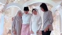 <p>Dari potret yang dibagikan, tampaknya pernikahan Engku Emran dan Noor Nabila hanya dihadiri keluarga, rekan, dan kerabat terdekat saja. (Foto: Instagram @neelofa)</p>