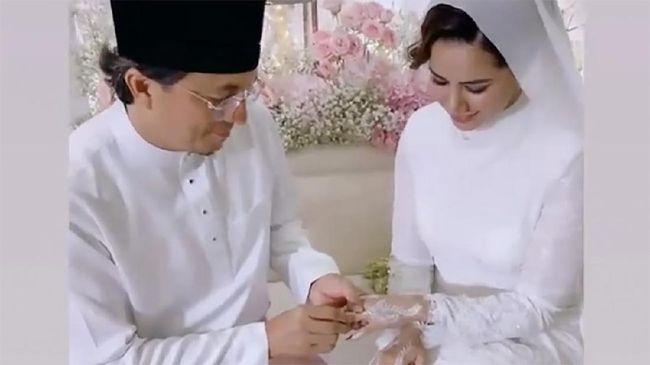Pesohor Malaysia, Noor Nabila, membagikan momen menikah dengan mantan suami Laudya Cynthia Bella, Engku Emran, melalui Instagramnya.